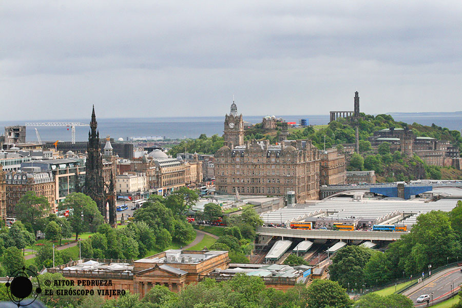 Vistas de Calton Hill o elScott Monument desde el castillo de Edimburgo
