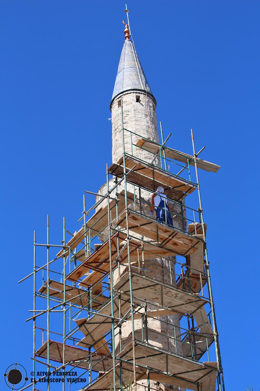 Reconstrucción del minarete de una mezquita en Pech