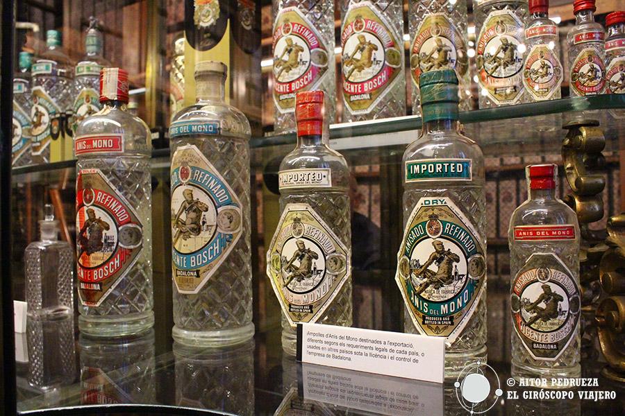 Botellas históricas de Anís del Mono en el museo de la fábrica