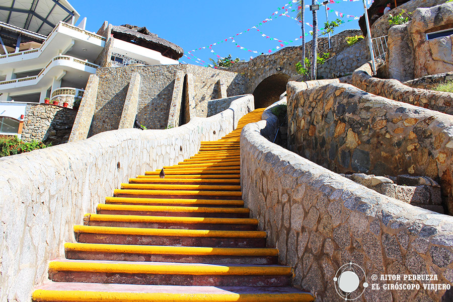 Escalera que desciende a la Quebrada