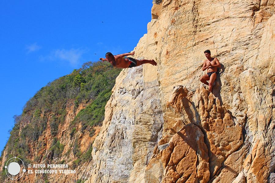 El salto majestuoso de un clavadista en la Quebrada que asemeja al vuelo de un pájaro
