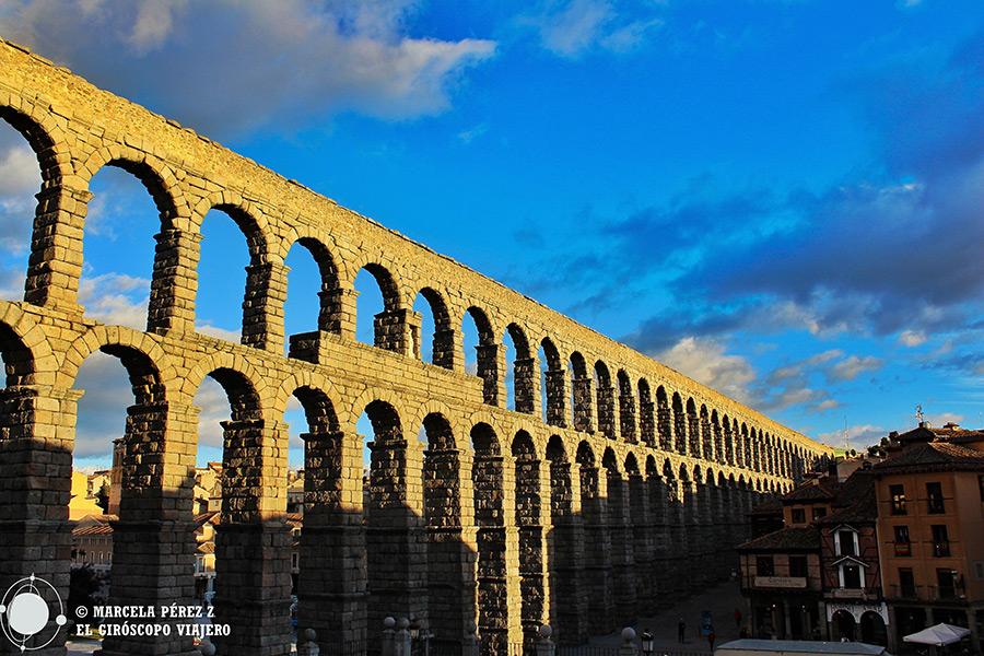 Acueducto de Segovia acariciado por el sol de invierno