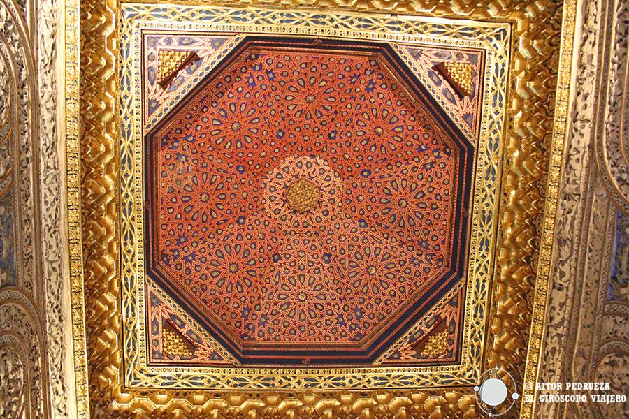 Techo de madera policromada de estilo morisco en el interior del alcázar de Segovia