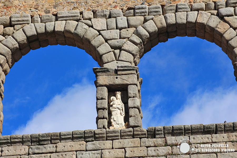 Estatua de la Virgen del Carmen en el acueducto de Segovia