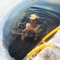 Bañarse en un lago helado en invierno en Finlandia