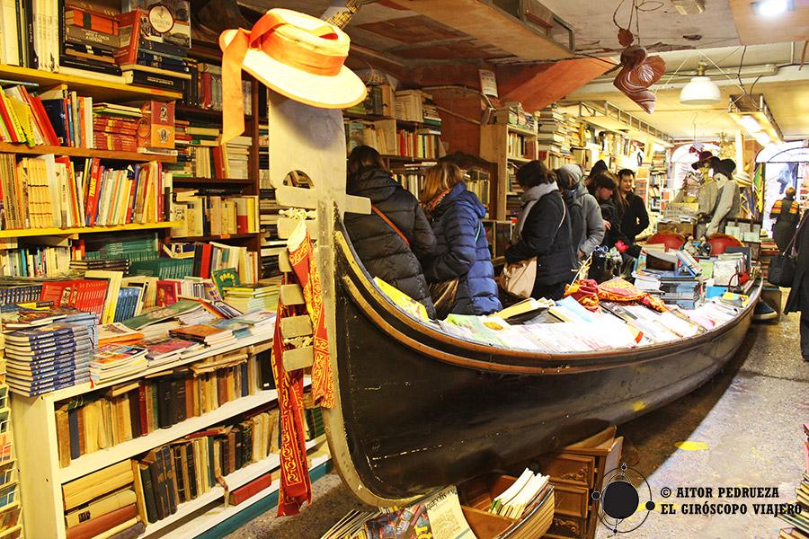 Interior de la librería Acqua Alta de Venecia