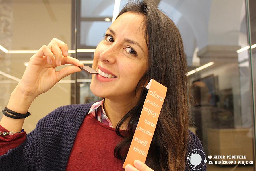 Nuestra cara de felicidad en la cata de chocolates, uno de los talleres del Museo del chocolate de Barcelona