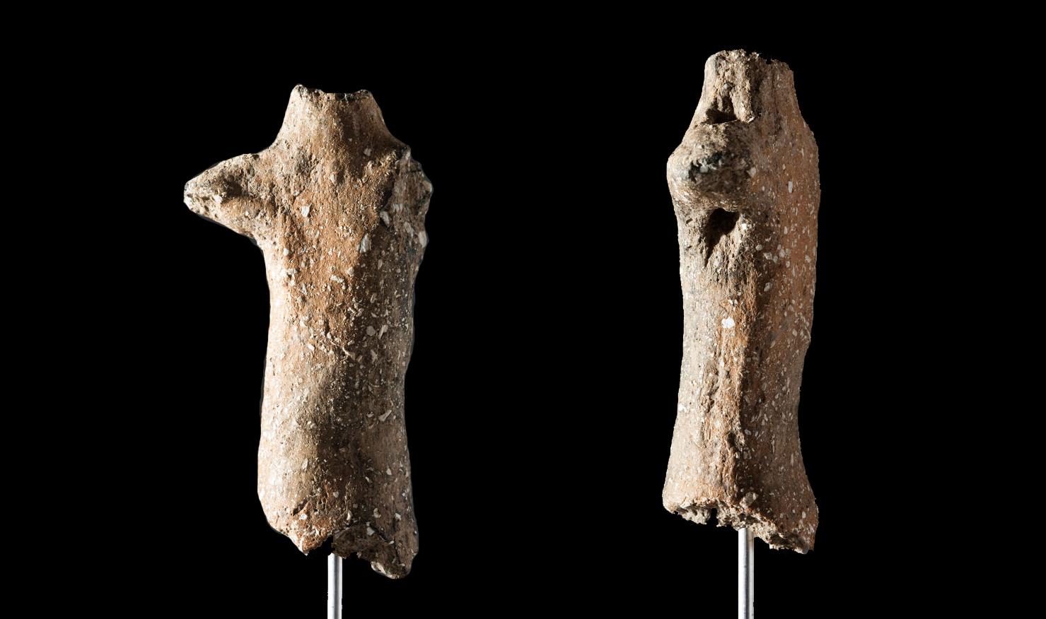 La figura del Encantat de Begues hallada en la cueva de Can Sadurní de Begues