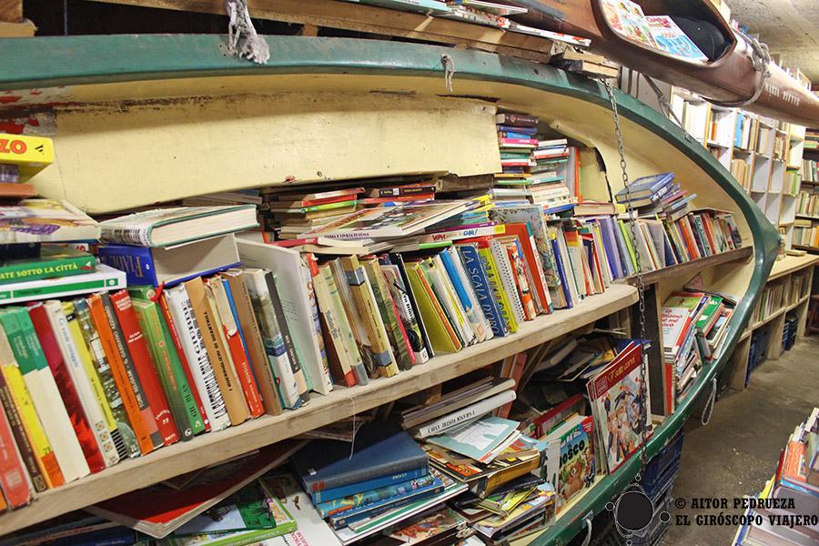 Libros apilados en Acqua Alta, la librería más famosa de Venecia