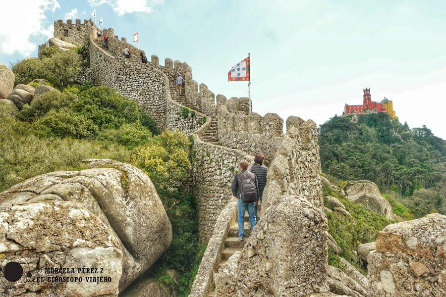 Buen punto fotográfico para captar parte de la muralla del Castillo de los Moros y el Palacio de Sintra ©Marcela Pérez Z.