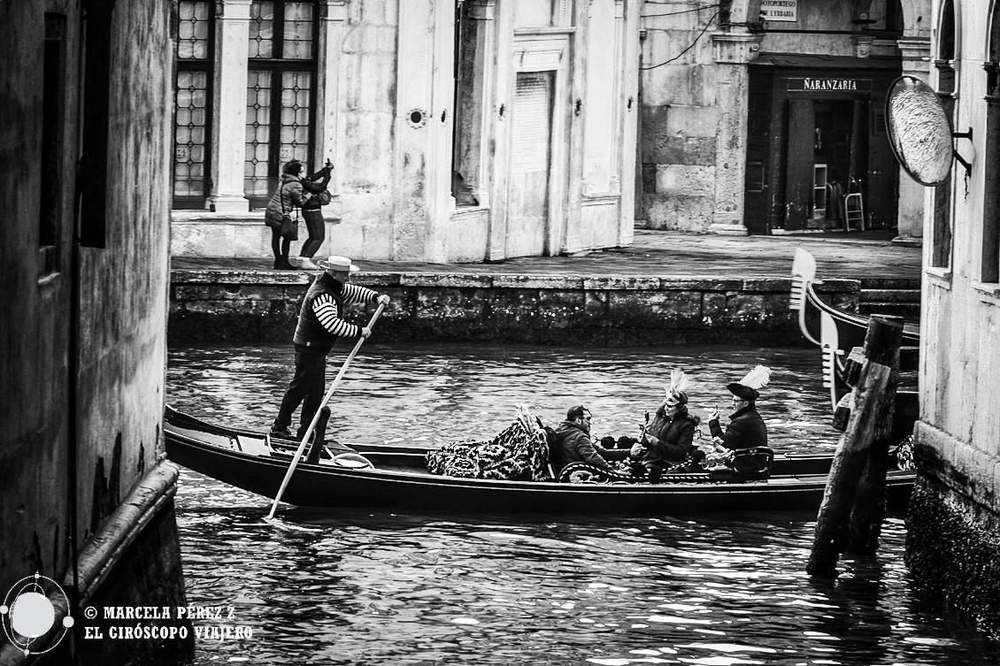 Gondoleros surcando los canales de mi Venecia vetusta ©Marcela Pérez Z.