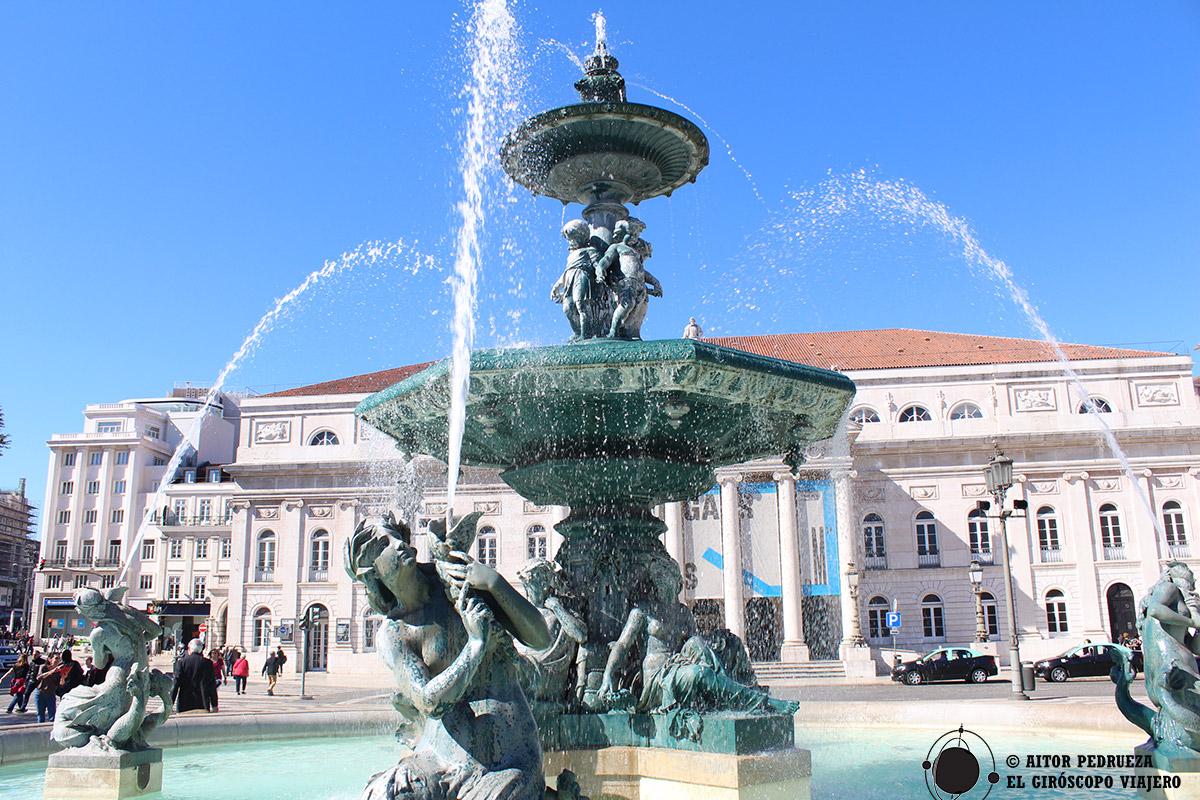 Fuente en la plaza de Rossio con el Teatro Nacional Doña María II al fondo