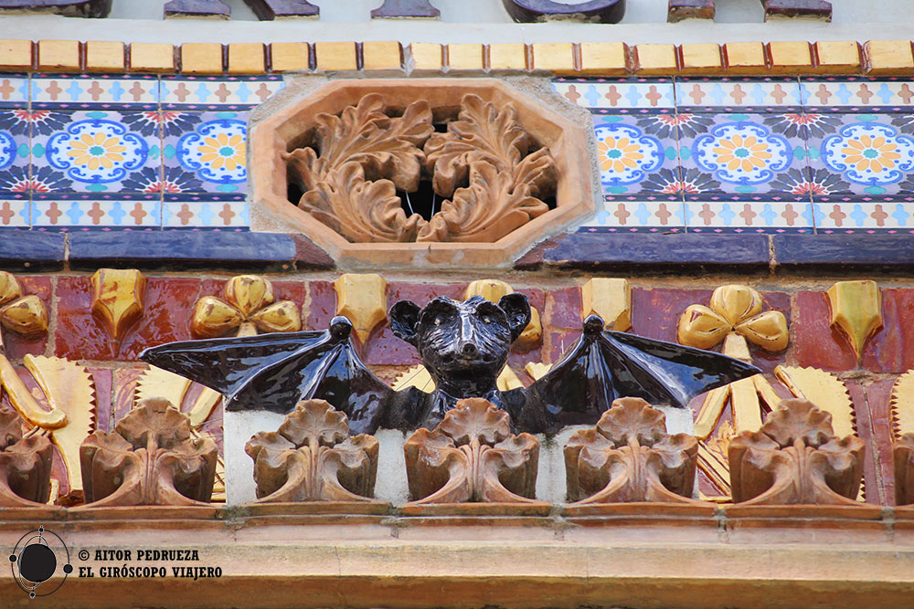 Detalle cerámico de la fachada de Cal Gerrer