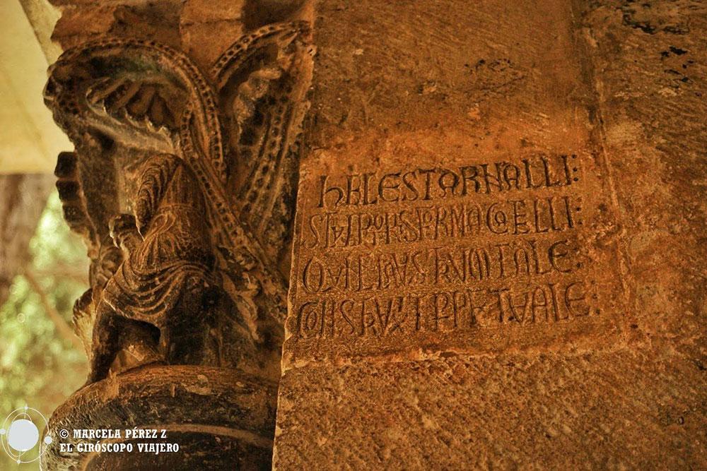 Firma de Arnau Cadell, maestro cantero de los capiteles del claustro del monasterio de Sant Cugat