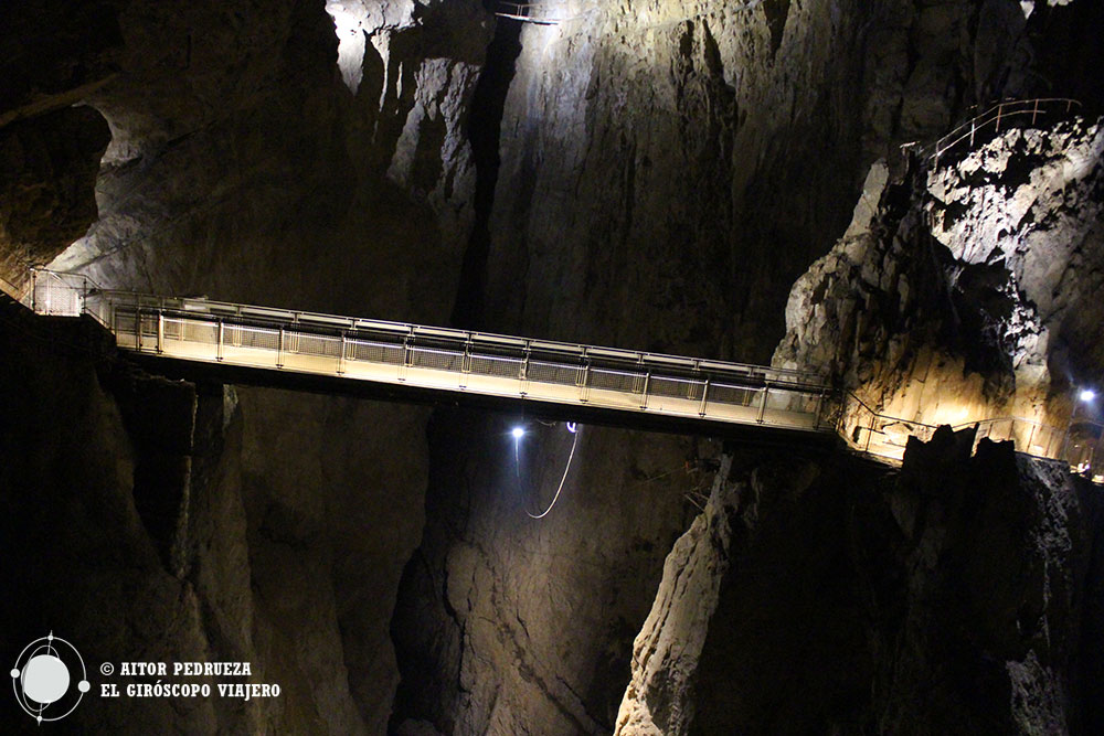 El Puente Cerkvenik que permite pasar de un lado a otro del cañón de Skocjan