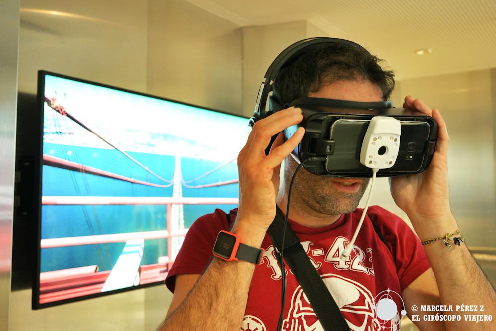Nuestro compañero giroscópico Aitor viviendo la experiencia virtual ©Marcela Pérez Z.