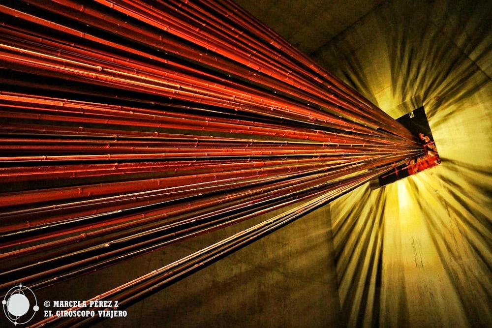 Las entrañas del Puente 25 de abril parecieran las arterias que lo mantienen vivo ©Marcela Pérez Z