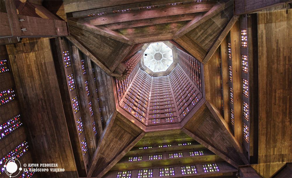 Interior de la iglesia de Saint Joseph, obra maestra de Perret