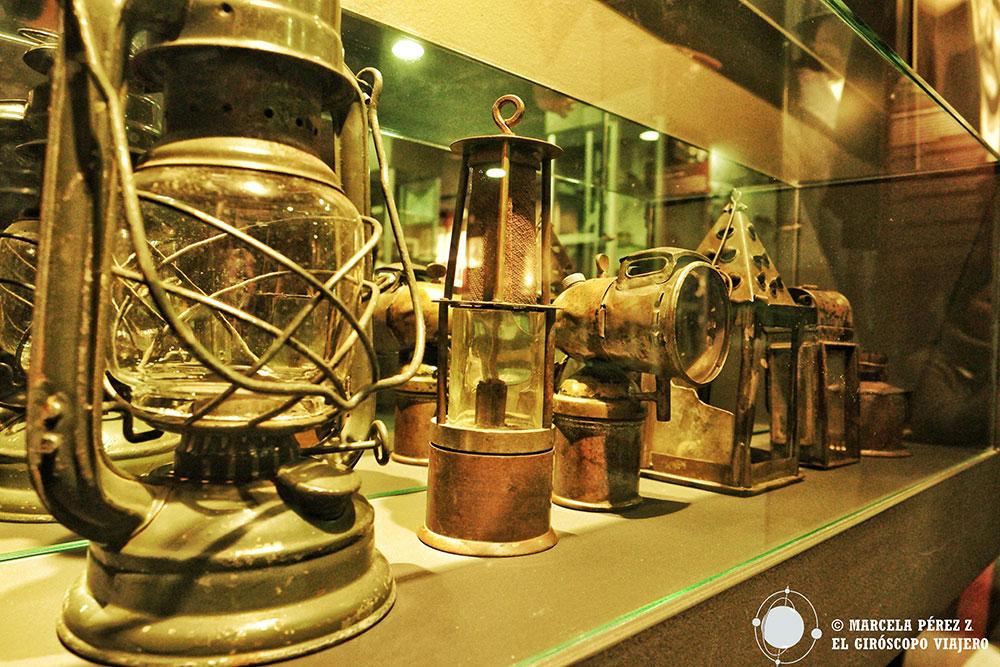 Lámparas en el museo de la exploración de la cueva de Skocjan