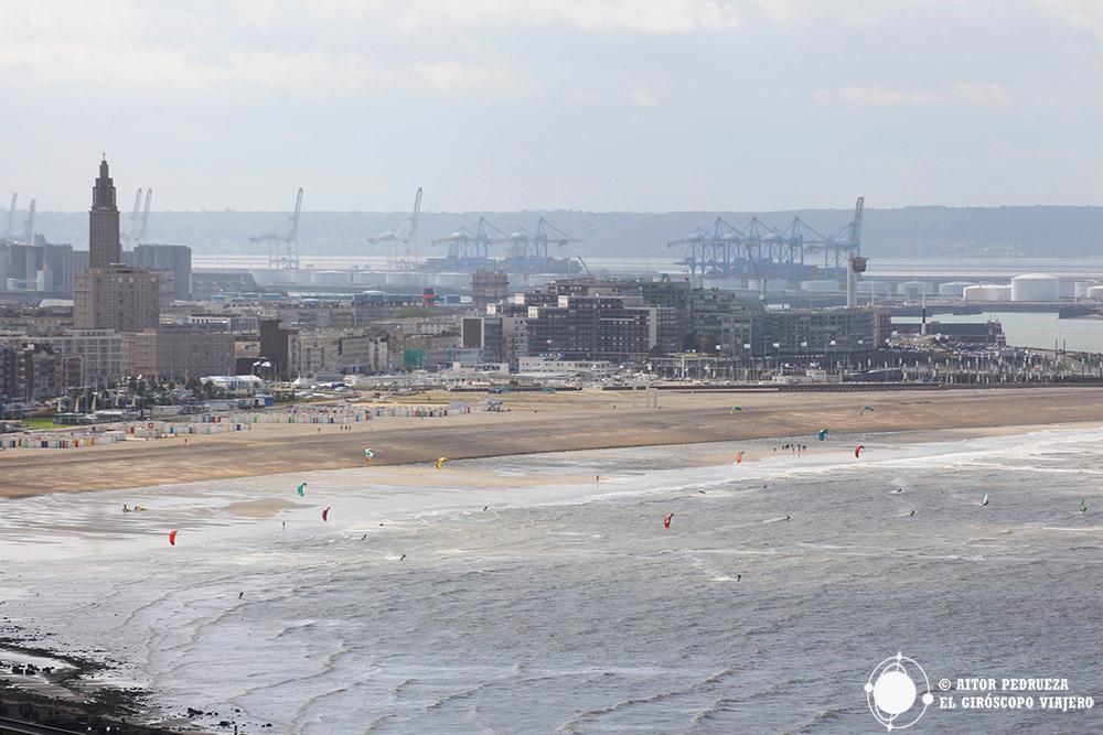 Kitesurf en la playa de Le Havre con la iglesia de Saint Joseph y el piuerto detrás