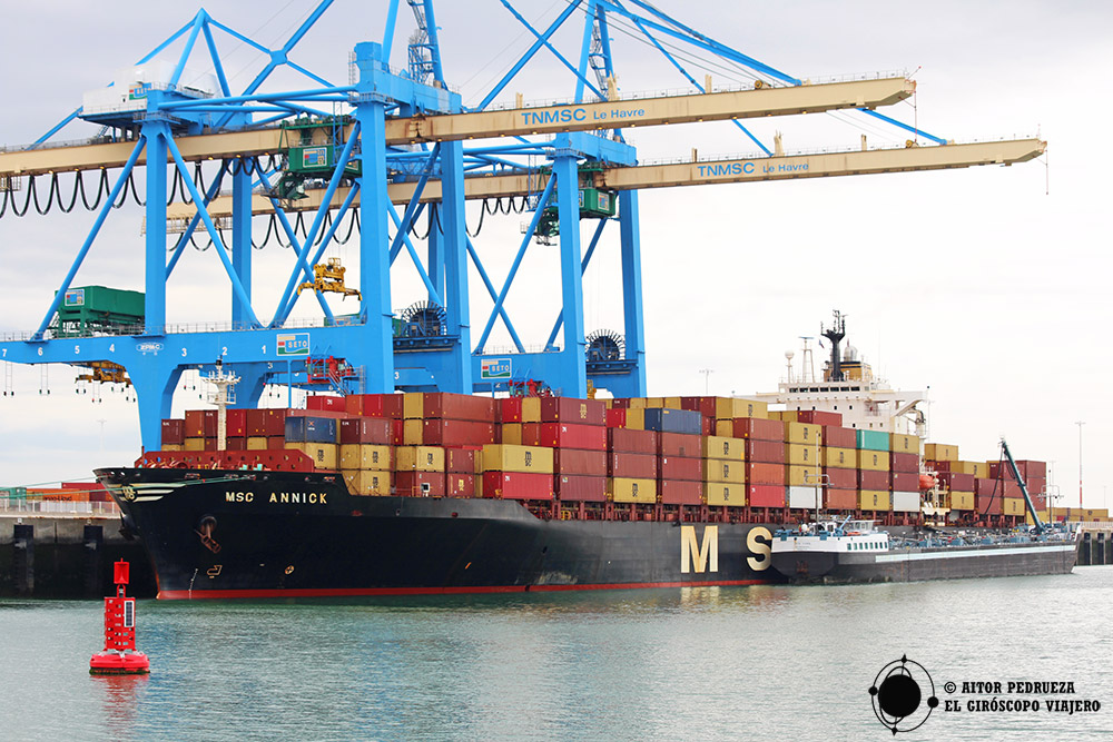 El tour en barco nos lleva hasta los muelles de carga del puerto de Le Havre