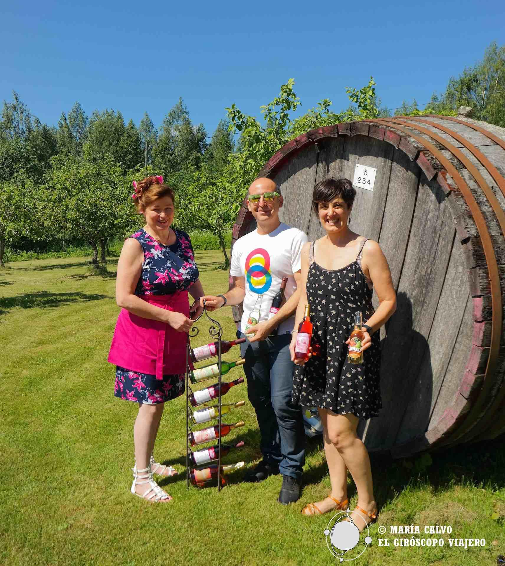 b59a9ca020c Felices con nuestro vino de bayas ofrecido por Sirpa Villanen de la Bodega  Ollinmäki