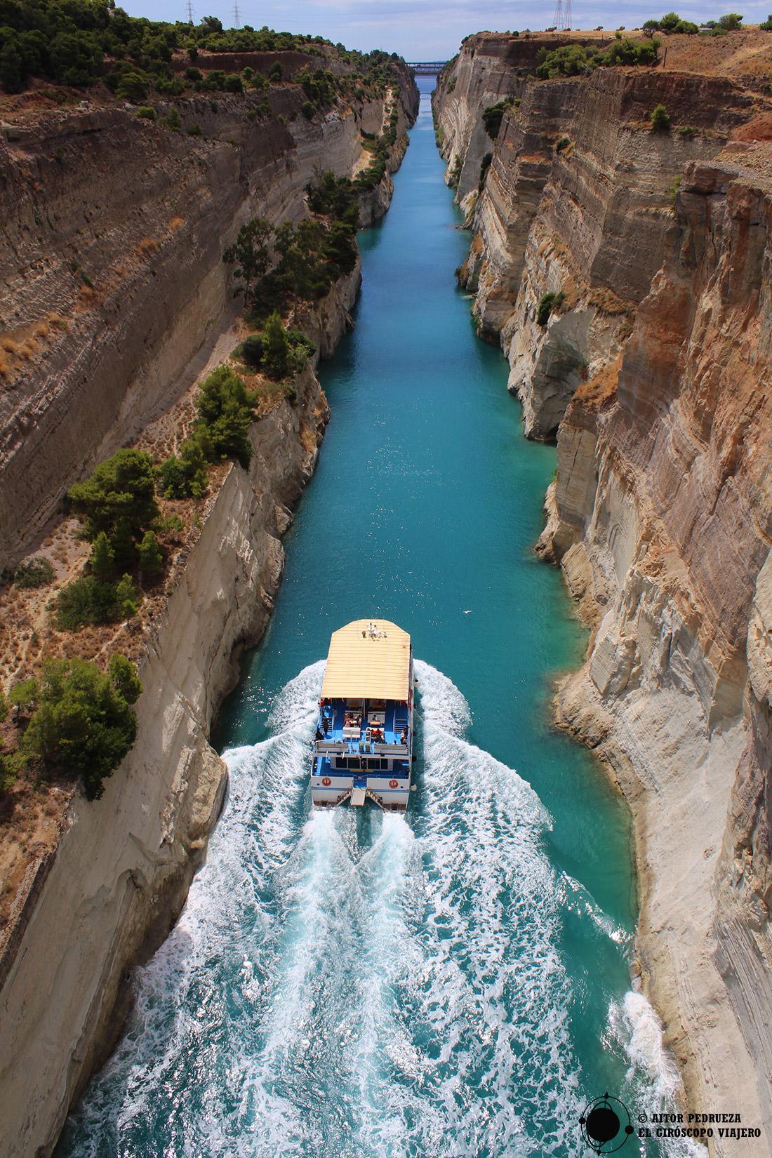 Vistas del canal de Corinto desde el puente peatonal