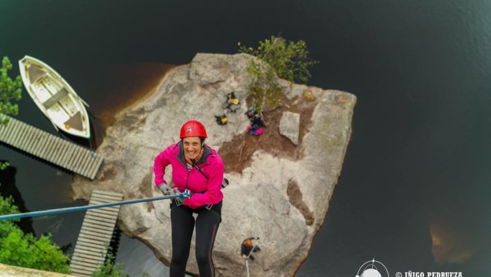 Descenso de un acantilado de vértigo en el Parque Nacional de Repovesi, Finlandia