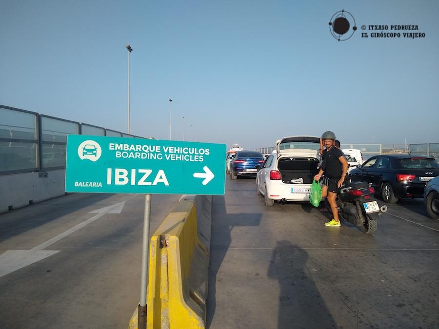 Todos a bordo!! Embarcando en el ferry en Ibiza
