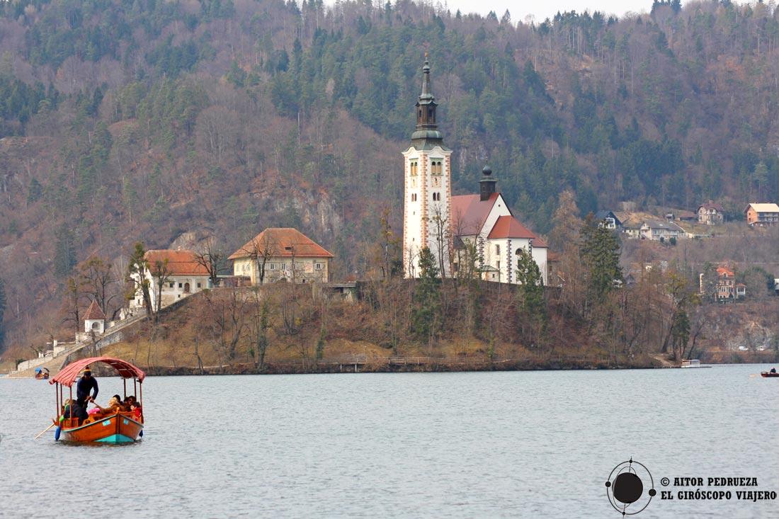 Pletna con la isla de Bled al fondo