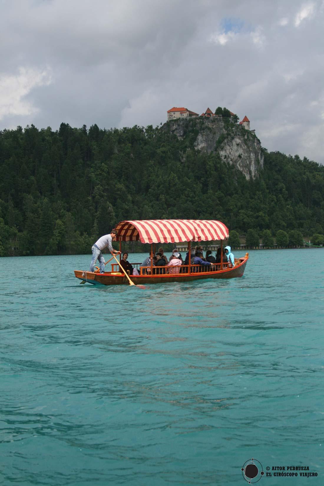 Paseo en Pletna hasta la isla del lago Bled