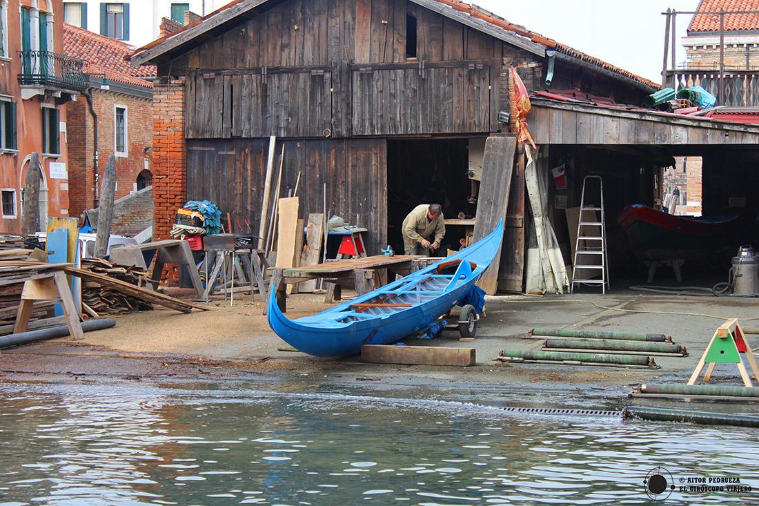 Proceso de fabricación de una góndola en el astillero de San Trovaso en Venecia