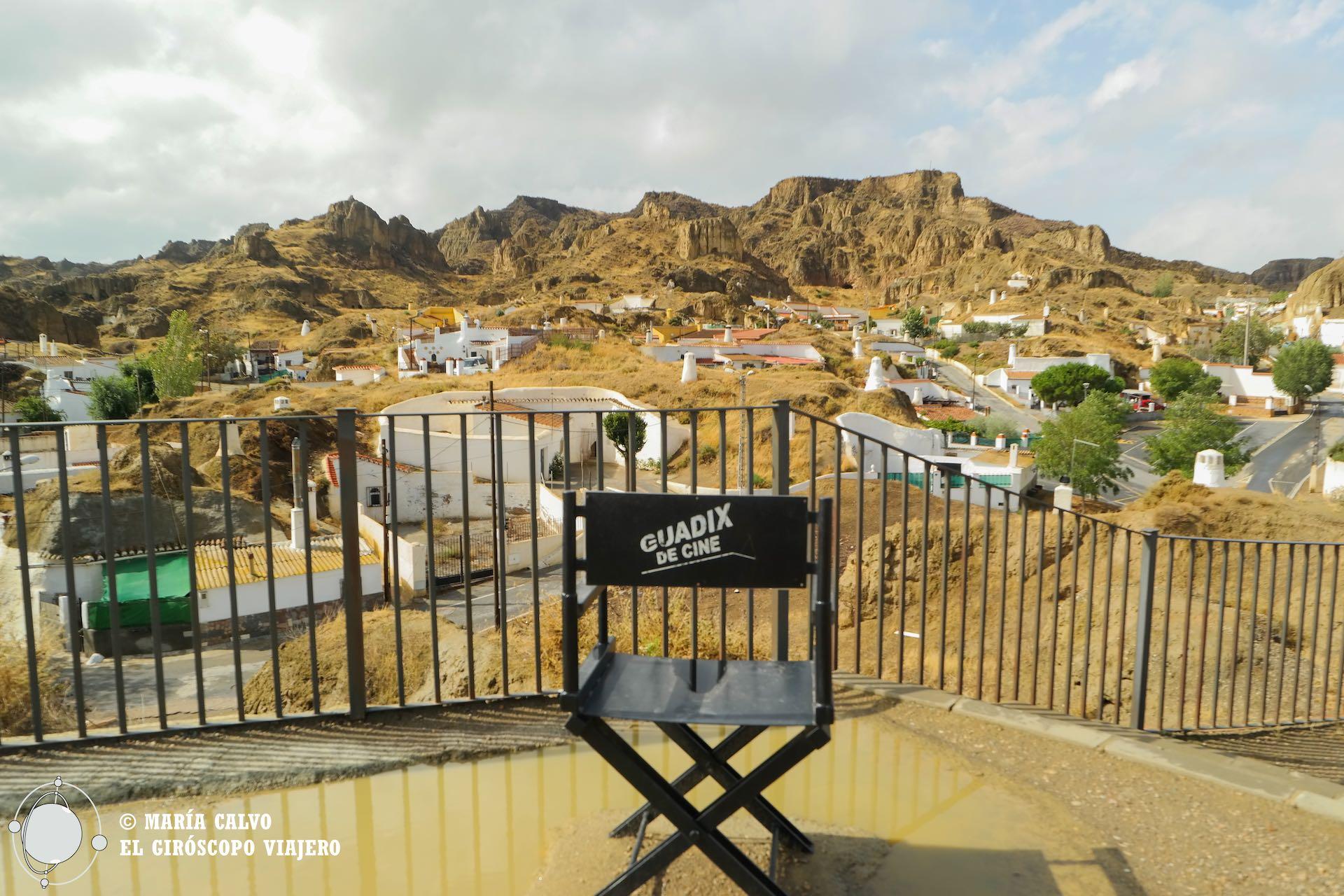 Guadix es una ciudad de cine. Estas sillas recuerdan planos rodados en cada una de las localizaciones de la ciudad. Aquí en El Barrio de las Cuevas.