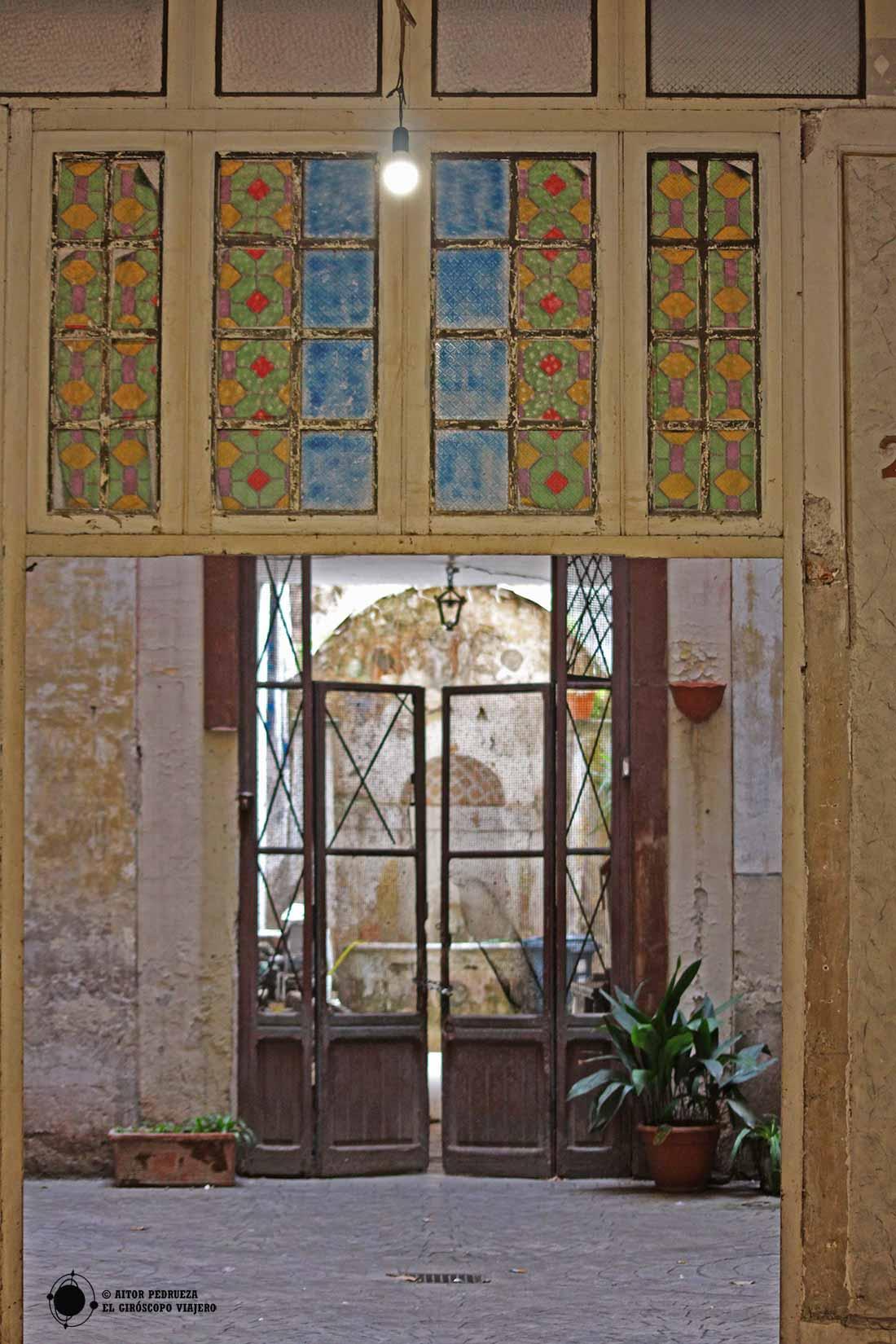 Vidrieras Art Deco en un portal del Trastevere