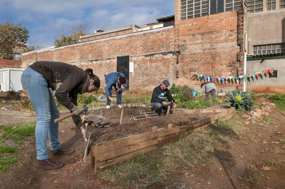 Trabajos en el Connecthort - El huerto urbano del Poblenou