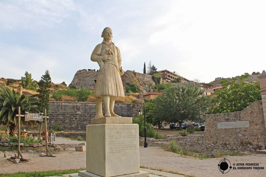 Estatua de Staikos Staikopoulos bajo la Akronafplia