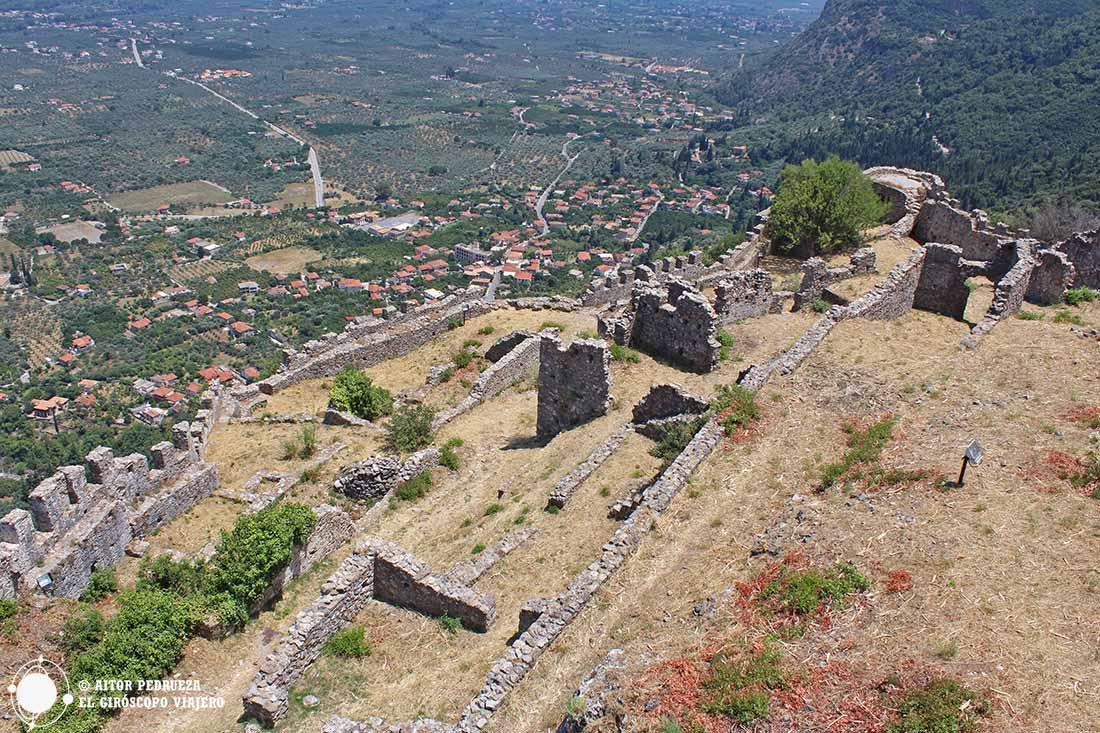 Interior del castillo en lo alto de Mystras