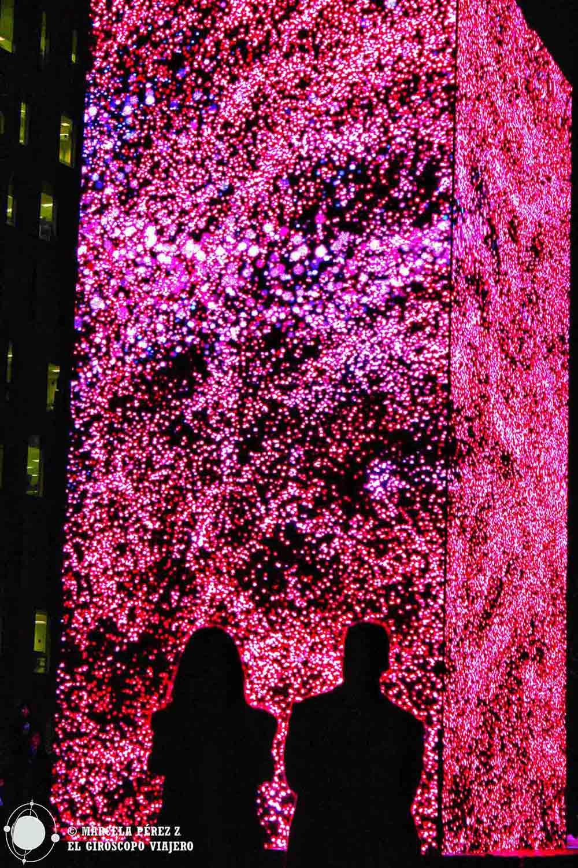 Hipnotizados con el monolito digital del Festival de la LLum en Barcelona ©Marcela Përez Z.