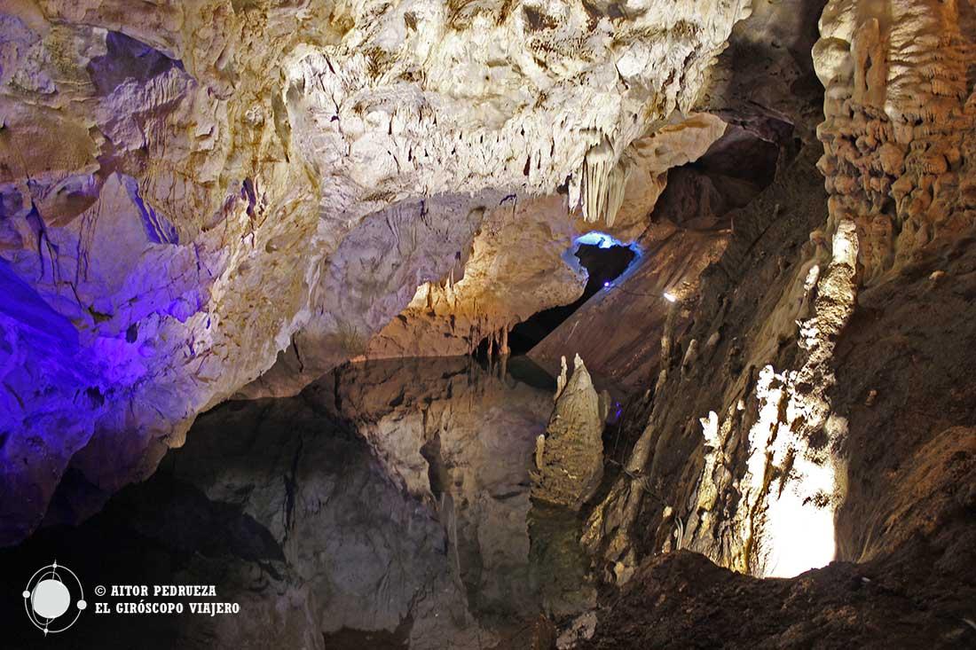 Cueva Vrelo en el cañón Matka