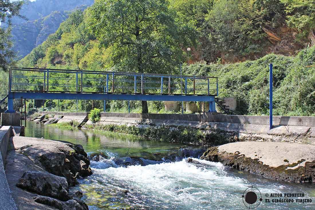Corriente del río Treska llegando al cañón de Matka