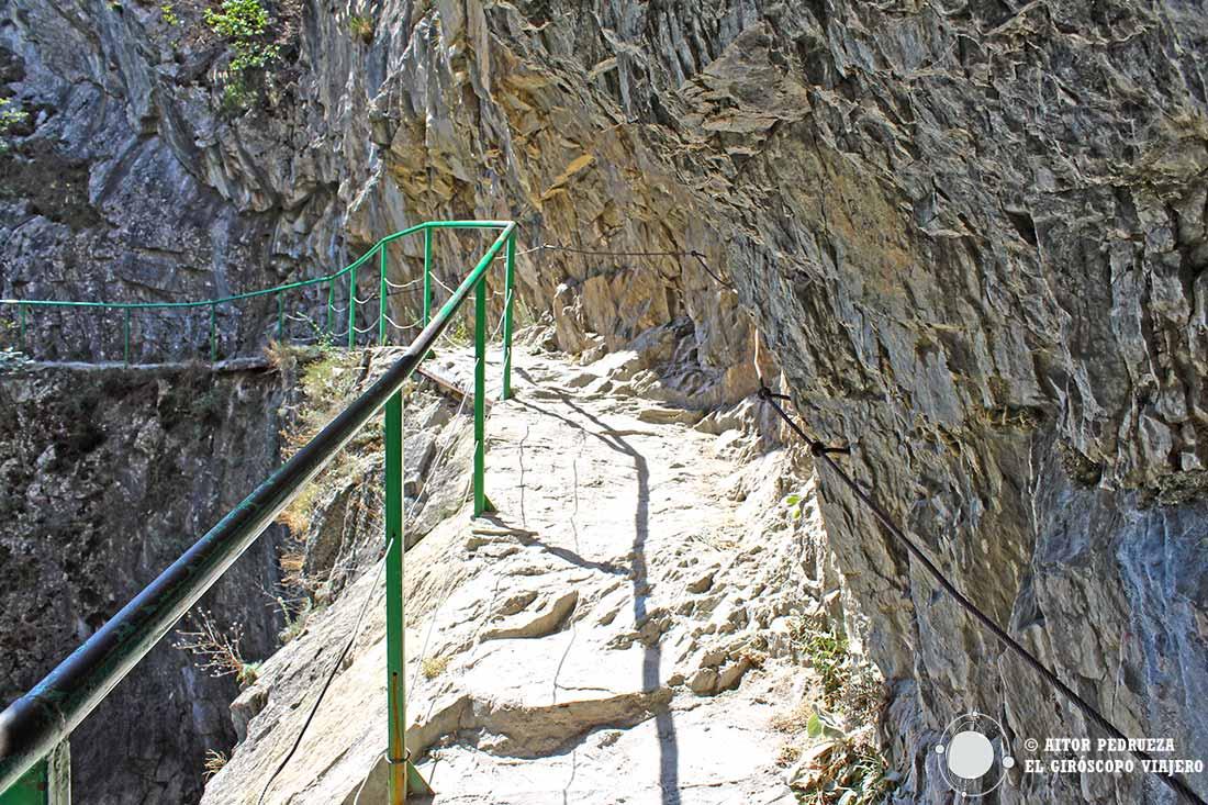 Camino excavado en el cañón Matka