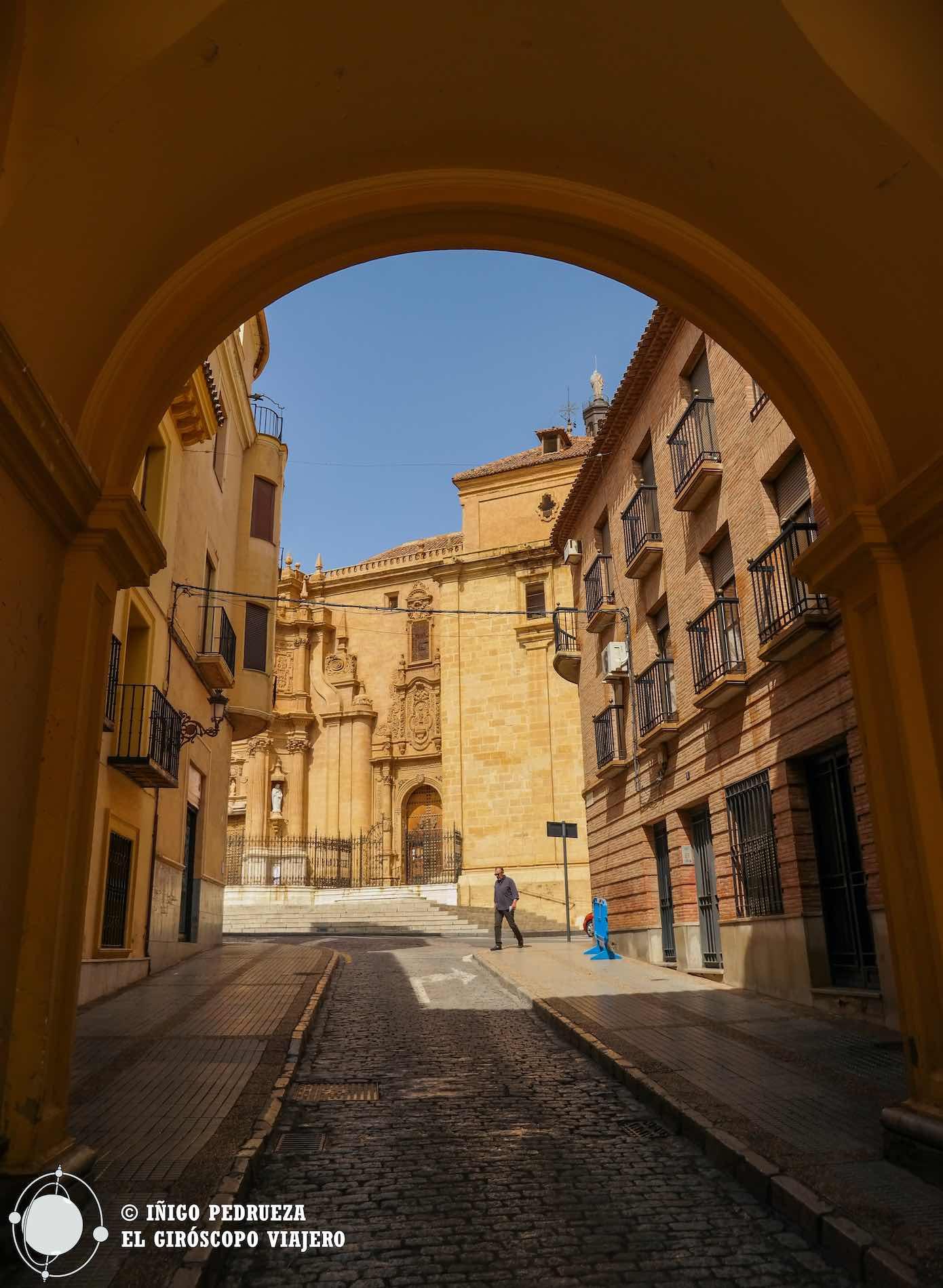 Arco en la Plaza de la Constitución, donde se encuentra la Casa Consistorial. Se ve la Catedral al fondo.