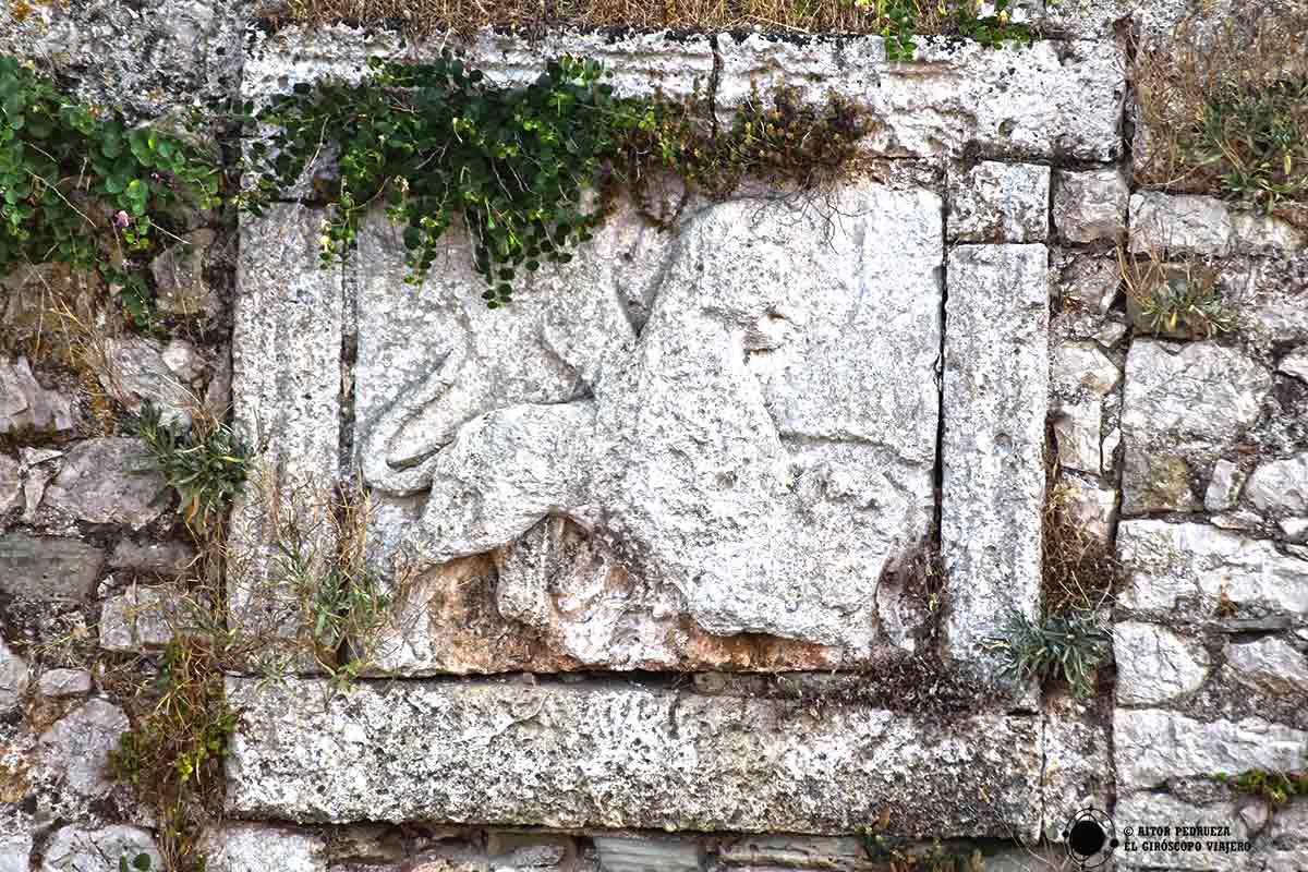 El león alado, emblema de la República de Venecia, en las paredes del castillo de Methoni.