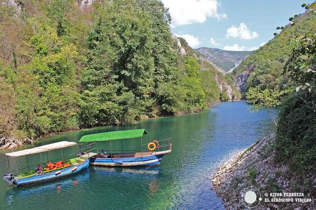Barcos frente a la cueva de Vrelo en el cañón de Matka