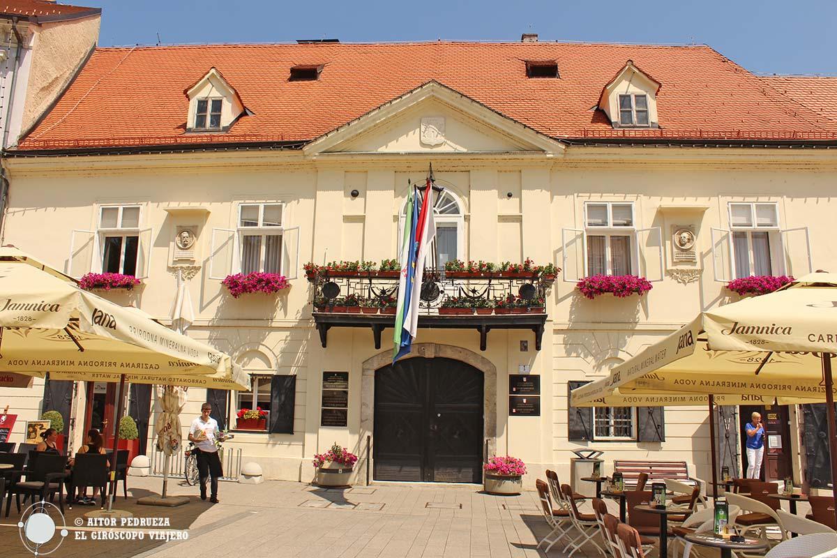 Ayuntamiento de Samobor en la plaza Rey Tomislav