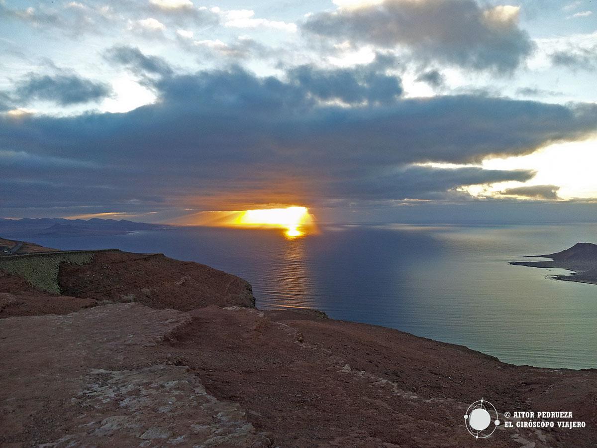 Atardecer en el Mirador del Río en Lanzarote, con la Isla de la Graciosa al fondo.
