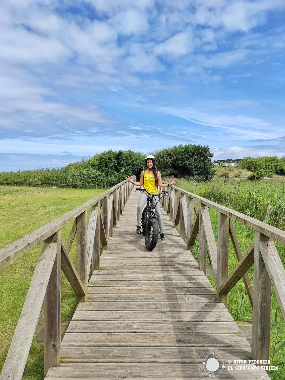 En bicicleta por las pasarelas de Loredo