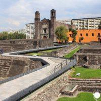 Plaza de las Tres culturas y ruinas arqueológicas de Tlatelolco en Ciudad de México