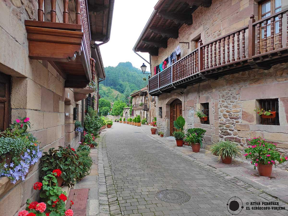 Casas en Riocorvo siguiendo la ruta.