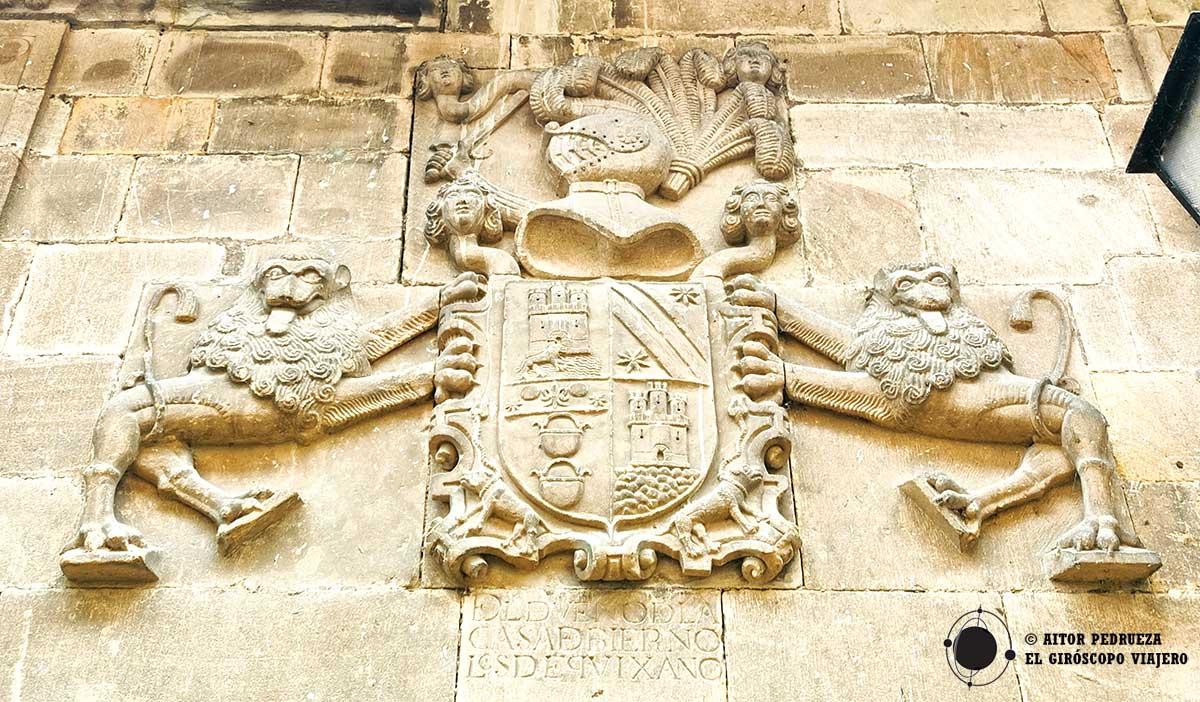 Escudo de la casona de los Quijano Mier en Cartes